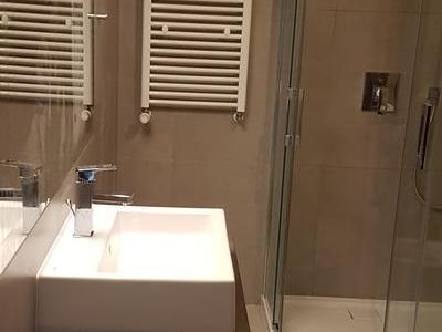 łazienka w brązie wykańczanie wnętrz